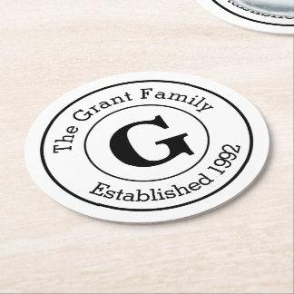 Familia personalizada blanco y negro del monograma posavasos de cartón redondo