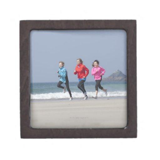 Familia que corre junto en la playa cajas de regalo de calidad