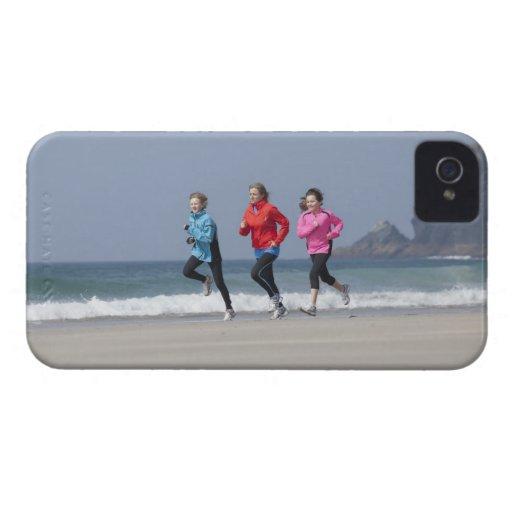 Familia que corre junto en la playa iPhone 4 cobertura