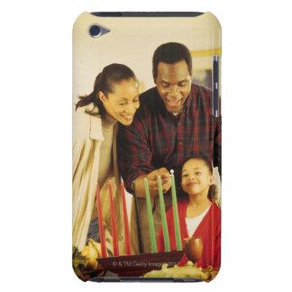 Familia que enciende el Kinara para Kwanzaa Funda iPod
