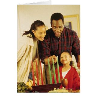 Familia que enciende el Kinara para Kwanzaa Tarjeta De Felicitación
