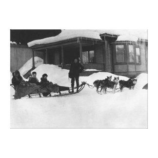 Familia que viaja por el trineo del perro en Alask Impresion En Lona