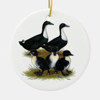 Familia sueca del pato adorno navideño redondo de cerámica