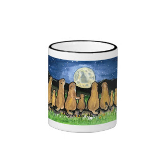Familias de perro de las praderas que miran la taza a dos colores