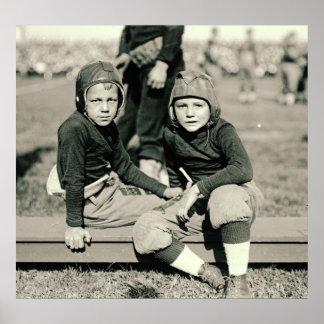 Fanáticos del fútbol jovenes 1920 póster