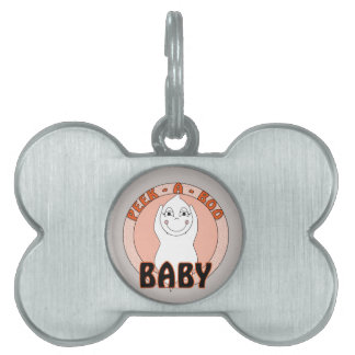 Fantasma del bebé que juega con ojeada decir del a placa mascota