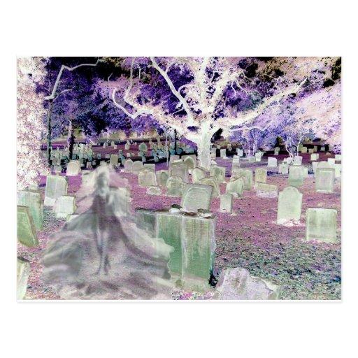 Fantasma en el cementerio postal