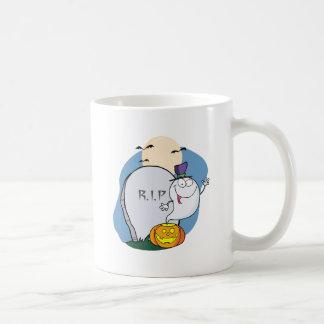 Fantasma que agita de la calabaza cerca de la pied taza de café
