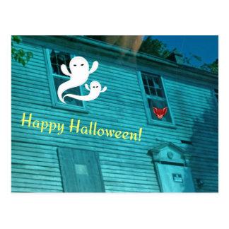 Fantasmas que vuelan fuera de casa encantada postales