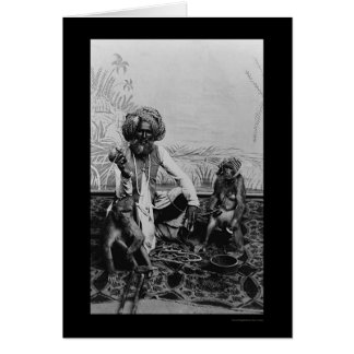 Faquir indio con dos Monkies en la India 1890 Tarjeta De Felicitación