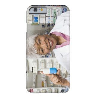 Farmacéutico con la píldora gigante funda barely there iPhone 6