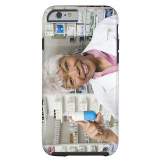 Farmacéutico con la píldora gigante funda resistente iPhone 6