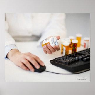Farmacéutico con las botellas de píldora en el ord póster
