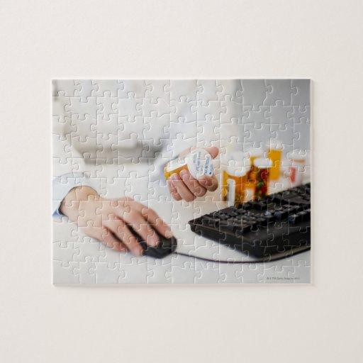 Farmacéutico con las botellas de píldora en el puzzle