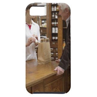 Farmacéutico de sexo femenino que aconseja a clien iPhone SE/5/5s case