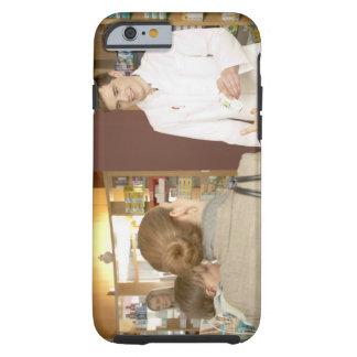 Farmacéutico de sexo masculino que entrega la funda para iPhone 6 tough