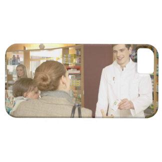 Farmacéutico de sexo masculino que entrega la iPhone 5 carcasa