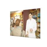 Farmacéutico de sexo masculino que entrega la medi lienzo envuelto para galerias