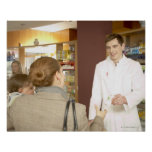 Farmacéutico de sexo masculino que entrega la medi póster