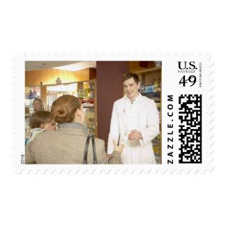 Farmacéutico de sexo masculino que entrega la timbre postal