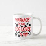 Farmacéutico del amante del perro en rojo taza básica blanca