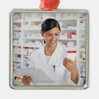 Farmacéutico en la farmacia que sostiene el tabler ornato