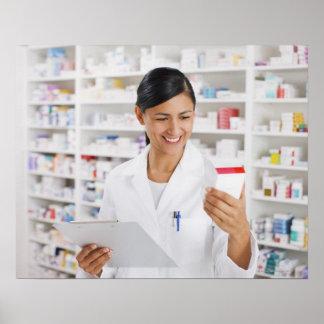 Farmacéutico en la farmacia que sostiene el tabler poster