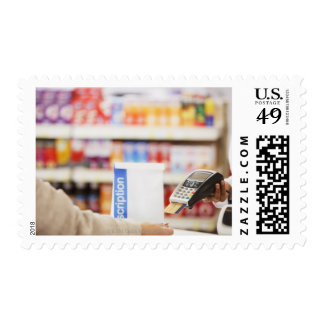 Farmacéutico que lleva a cabo el dispositivo de sello