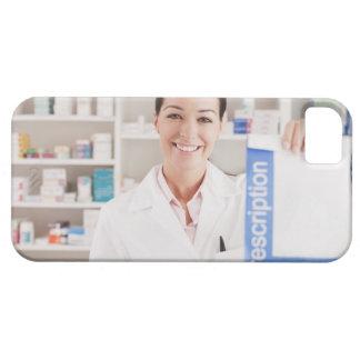 Farmacéutico que lleva a cabo la prescripción en funda para iPhone 5 barely there