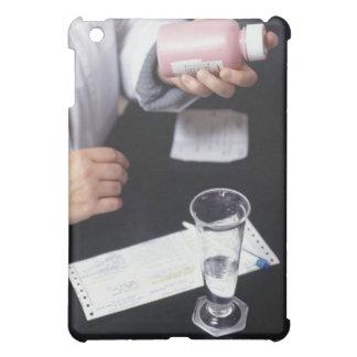 Farmacéutico que sostiene la botella de la medicin