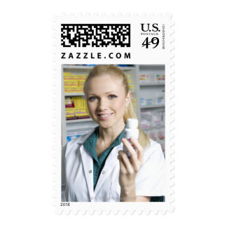 farmacéutico que sostiene la botella de píldora s