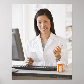 Farmacéutico que sostiene la medicación de la pres póster