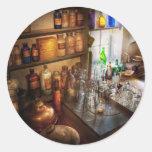 Farmacéutico - un poco del arte de la bruja etiqueta redonda