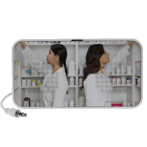 Farmacéuticos que alcanzan para la medicación en e sistema de altavoz