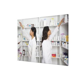 Farmacéuticos que alcanzan para la medicación en e lona estirada galerías