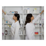 Farmacéuticos que alcanzan para la medicación en e póster