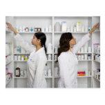 Farmacéuticos que alcanzan para la medicación en postal