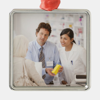 Farmacéuticos que contestan a las preguntas para e adorno
