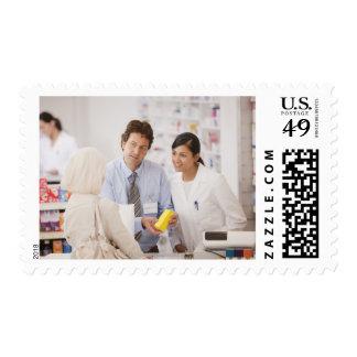 Farmacéuticos que contestan a las preguntas para sello