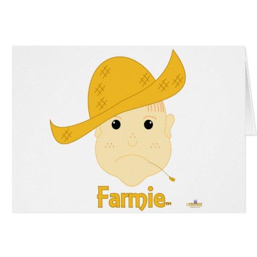 Farmie que frunce el ceño pelirrojo hace frente a  tarjeta de felicitación