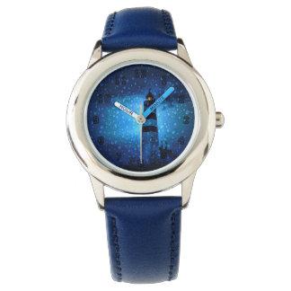 Faro azul por noche con las gotas de agua reloj