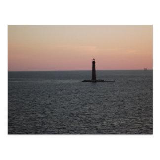 Faro de la isla de la arena en la distancia tarjetas postales