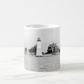 Faro de la isla de la roca taza de café