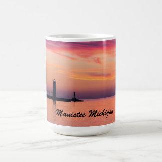 Faro de Manistee Michigan en la puesta del sol Taza De Café