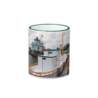 Faro del estrecho de Hooper y barco de dragado del Taza A Dos Colores