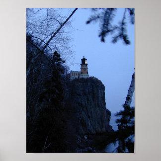 Faro partido de la roca en la oscuridad póster