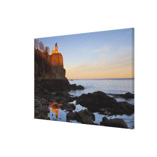Faro partido de la roca en la puesta del sol cerca impresion en lona