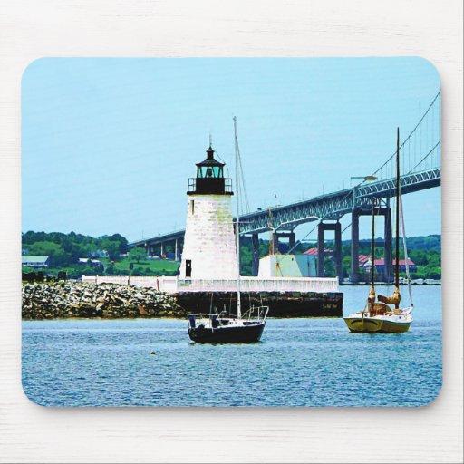 Faro, puente y barcos, Newport, RI Alfombrillas De Ratón