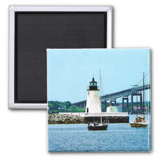 Faro, puente y barcos, Newport, RI Imán Cuadrado