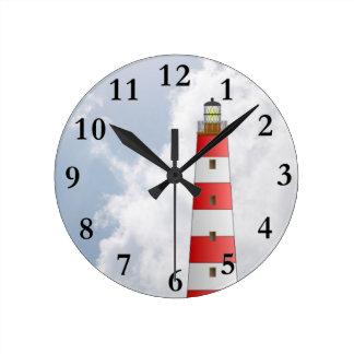 Faro rayado rojo en el tema de la playa de las nub reloj redondo mediano